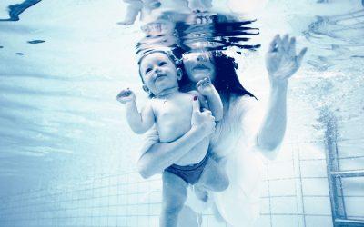 """Már 3-4 hetes korától """"úsztathatod"""" gyermekedet!"""