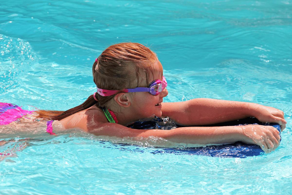 az úszás hatása a látásra)